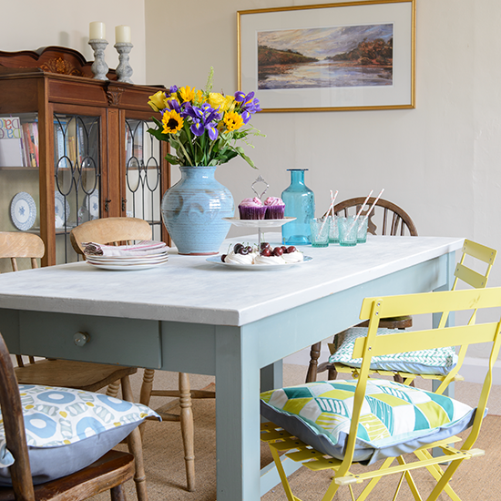 Painted-table--Detached-bungalow--House-tour--PHOTO-GALLERY--Style-at-Home--Housetohome